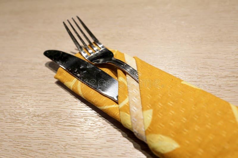 Нож и вилка на деревянной таблице стоковые изображения rf