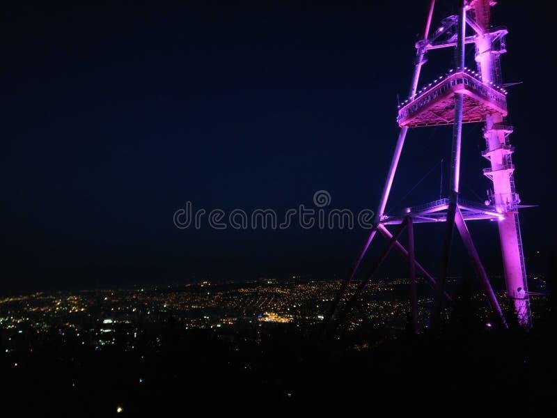 Ноча Тбилиси Неоновая башня ТВ стоковая фотография