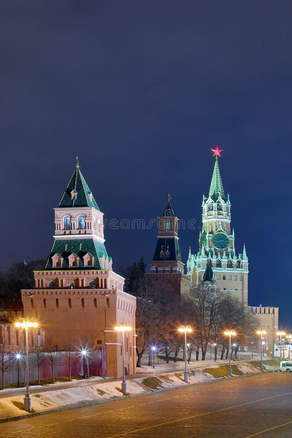 Ночь или взгляд выравниваться на загоренных башнях Москвы Кремля на красной площади в русской столице с фонариками стоковая фотография