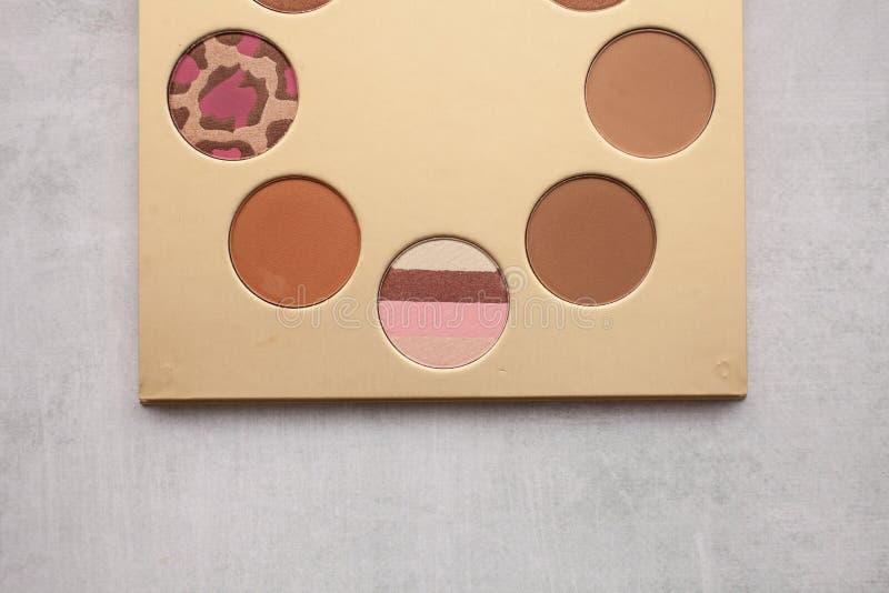 Палитра золота с bronzer для макияжа Красота и концепция моды стоковое фото rf