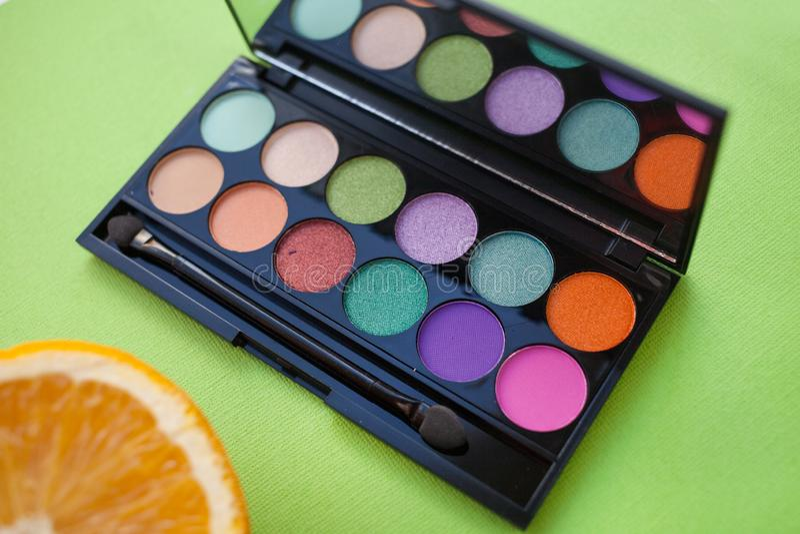 Палитра multicolor косметики составляет, наблюдает палитру тени, красочную текстуру теней стоковая фотография rf