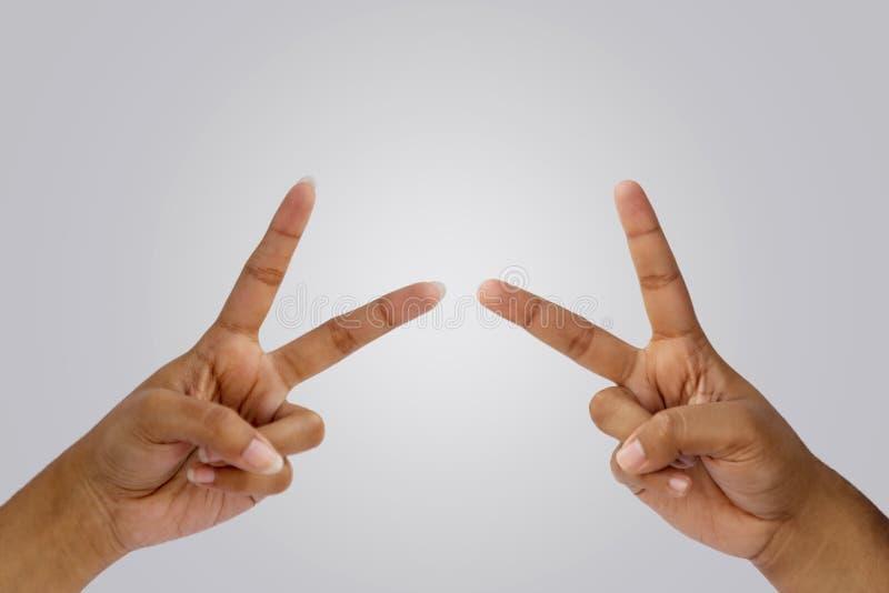 Пальцы показывая мир или победу стоковые изображения