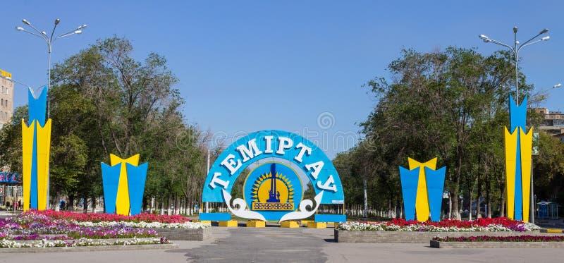 Панорама главного бульвара с красочной эмблемой и флага города Temirtau на конце главной прогулки Очаруйте от стоковая фотография rf