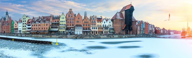 Панорама зимы Гданьск обваловки Motlawa с краном порта Zuraw и другими старыми зданиями стоковая фотография