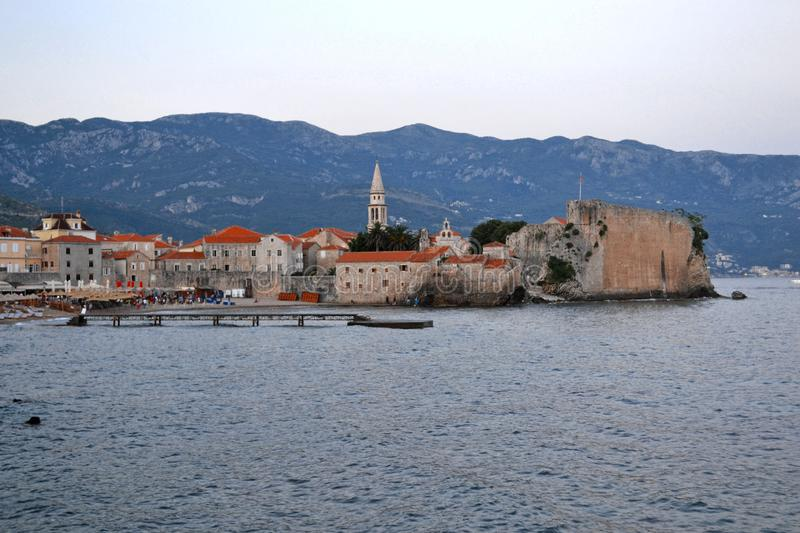 Панорама старого городка в Budva Черногории Красивый городской пейзаж над голубым морем на солнечный день летом Осмотр достоприме стоковое фото rf