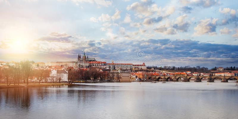 панорама prague Взгляд Карлова моста и Влтавы в чехии Праги Ориентир ориентиры Праги стоковые изображения rf