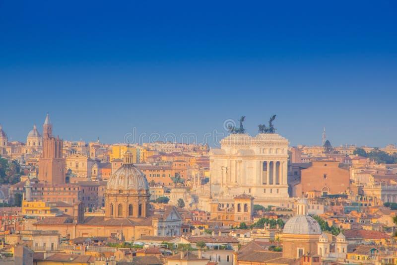 Панорамный взгляд исторического центра Рима, Италии Взгляд памятника Patria della Altare от верхней части Красивый вид Рима, солн стоковые фотографии rf