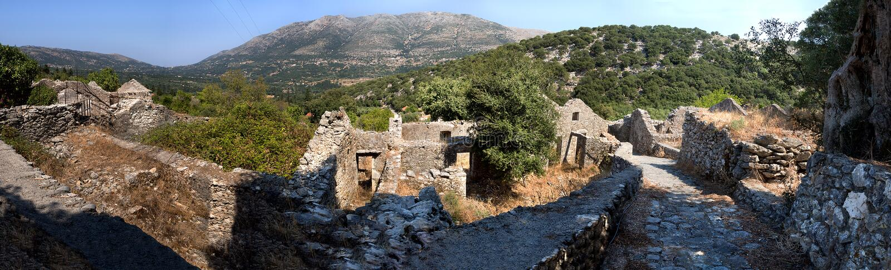 Панорамный взгляд сверху острова Kefalonia, моря и деревни разрушил землетрясением на солнечный день в Греции стоковое изображение rf