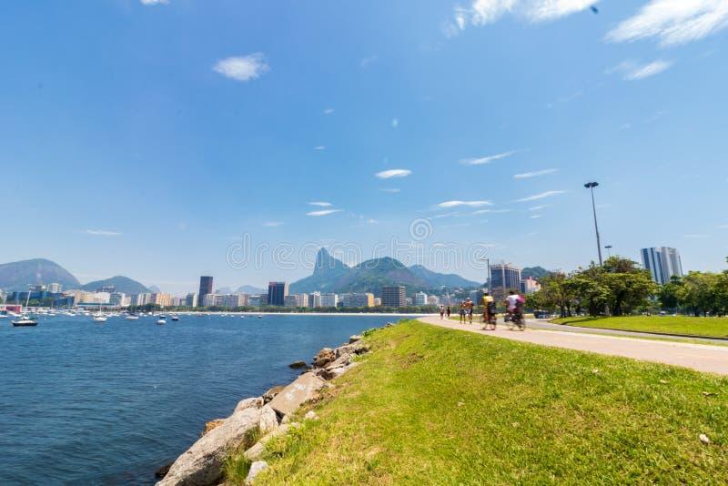 Панорамный взгляд утра пляжа и бухты Botafogo со своими зданиями, шлюпками и горами в Рио-де-Жанейро стоковая фотография rf