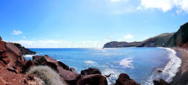 Панорамный вид берега моря и красного пляжа Santorini, острова Cycladic, Греция стоковые фотографии rf