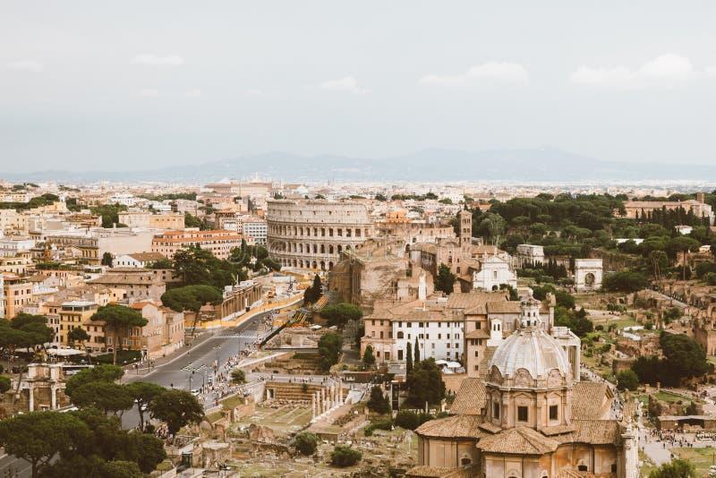 Панорамный вид города Рима с римским форумом и Colosseum от Vittoriano стоковая фотография