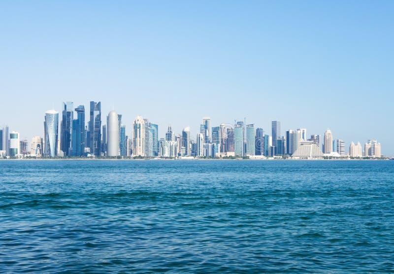Панорамный вид залива Дохи, Катара на солнечный день стоковая фотография rf