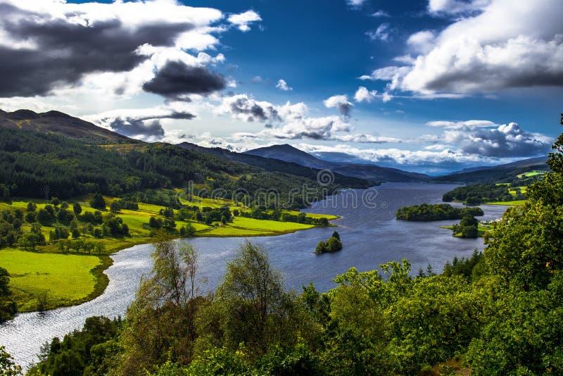 Панорамный вид над озером Tummel и Tay Forest Park к горам Glencoe от взгляда ферзя около Pitlochry в Шотландии стоковое изображение rf