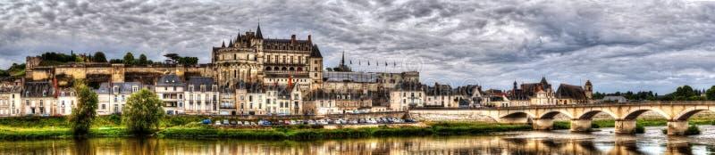 Панорамный вид на замке и деревне Amboise на реке Loir стоковые изображения