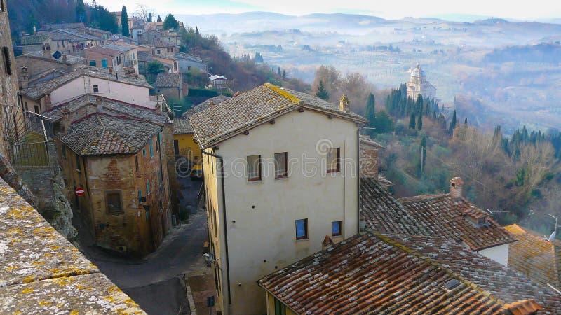 Панорамный вид деревни Montepulciano от крыш Тосканы стоковые изображения