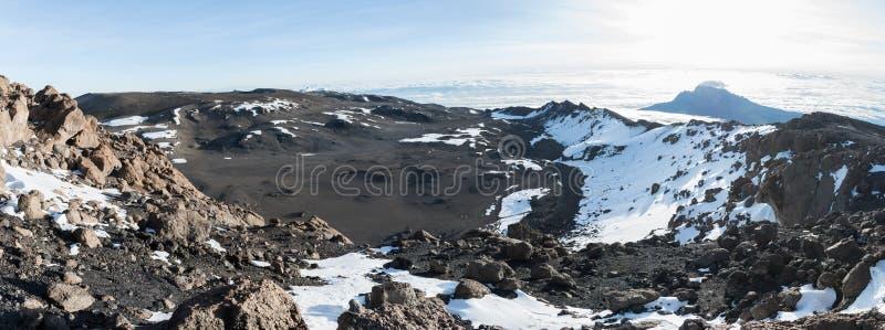 Панорамный вид через кратер вверху Килиманджаро принятый от близко к пика Uhuru стоковые фотографии rf