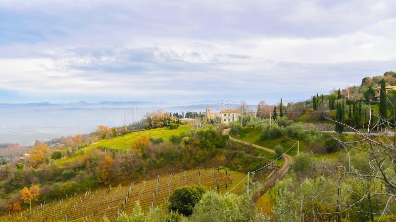 Панорамный вид холмов Montepulciano Тосканы Италии стоковая фотография
