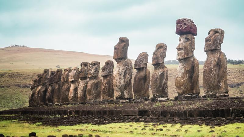 Панорамный вид 15 Moai из Ahu Tongariki на острове пасхи стоковые изображения rf