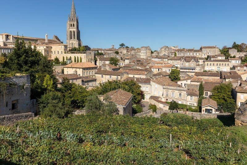 Панорамный вид St Emilion, Франции St Emilion одна из основных зон красного вина Бордо и очень популярного туристского desti стоковое фото rf
