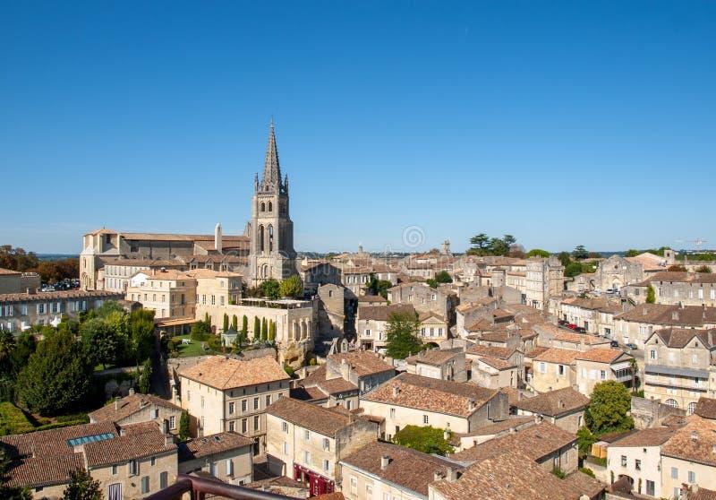 Панорамный вид St Emilion, Франции St Emilion одна из основных зон красного вина Бордо и очень популярного туристского desti стоковые фото