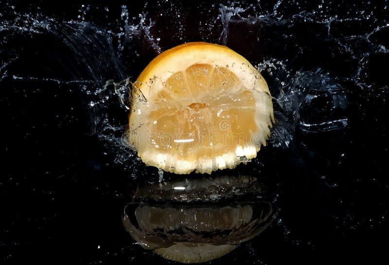 падая вода лимона стоковые изображения rf