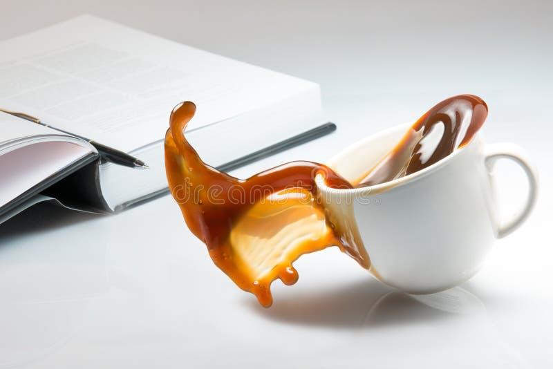 Падать и разливать чашки кофе стоковые фотографии rf