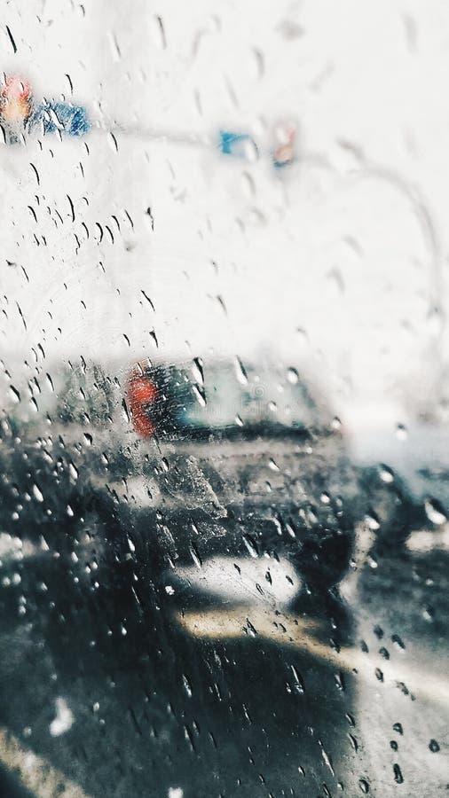 Падения дождя на автомобиле окна Взгляд от автомобиля на дороге в дождливом дне стоковое фото