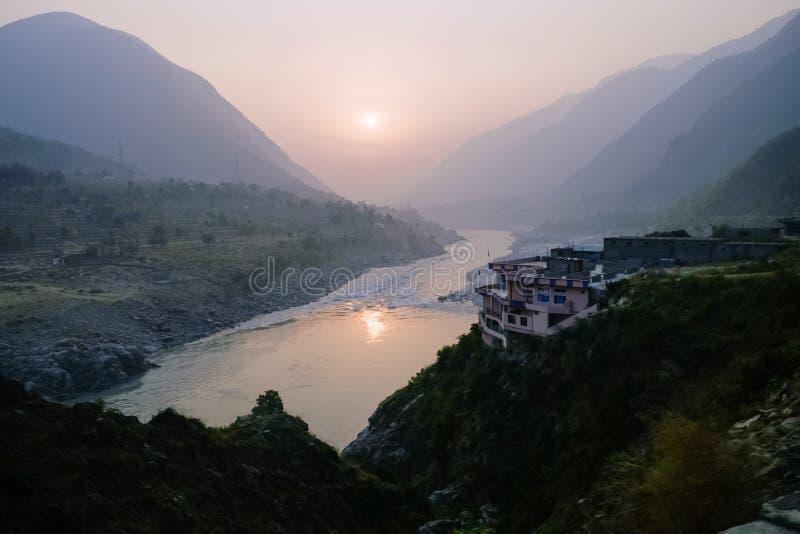 Пасмурный взгляд ландшафта захода солнца над рекой Инд и слои горной цепи Karakoram, Пакистана стоковое изображение