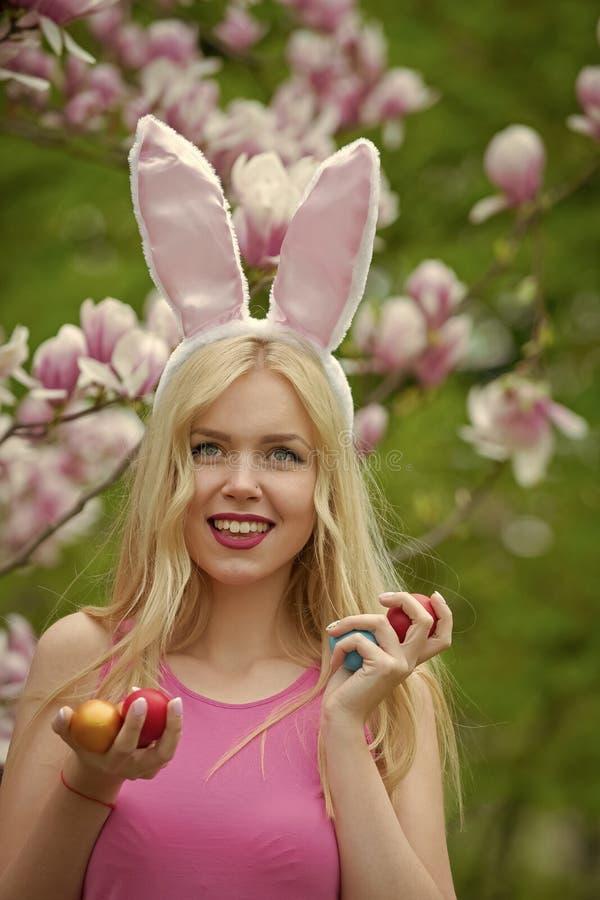 Пасхальные яйца в именный счастливой девушки стоковая фотография rf