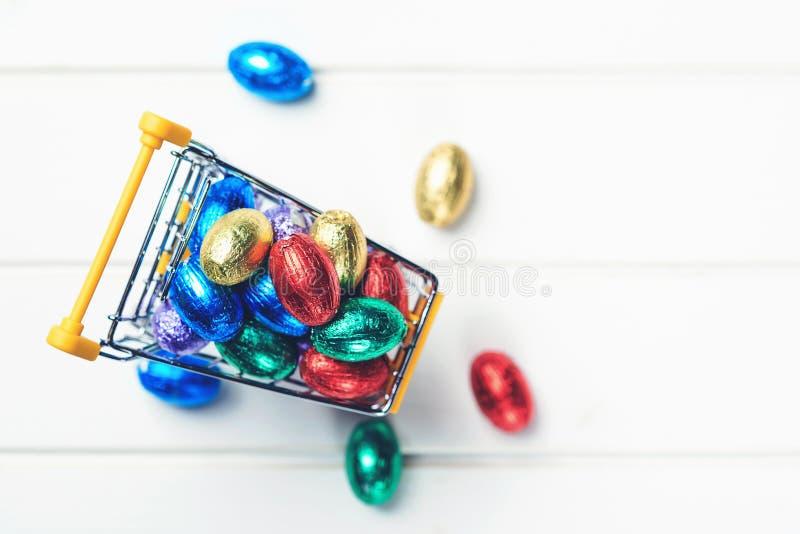 Пасхальные яйца в мини вагонетке, взгляде сверху с космосом экземпляра предпосылка пасха счастливая Продажи и скидки пасхи Мини м стоковая фотография rf