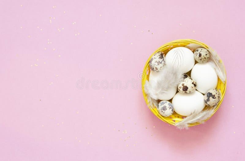 пасхальные яйца корзины пасха счастливая стоковая фотография rf