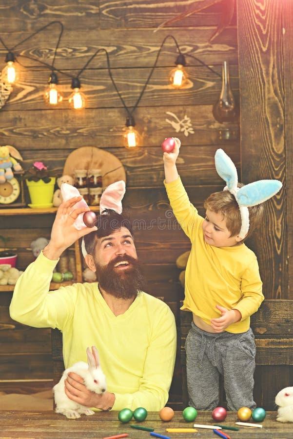 Пасхальные яйца - семья кролика с ушами зайчика стоковая фотография rf