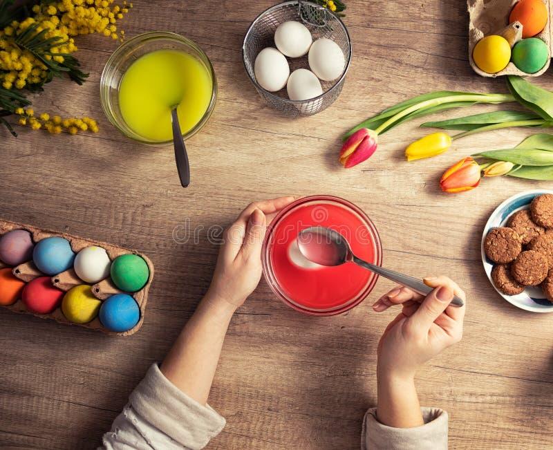 Пасхальные яйца DIY handpainted стоковые изображения