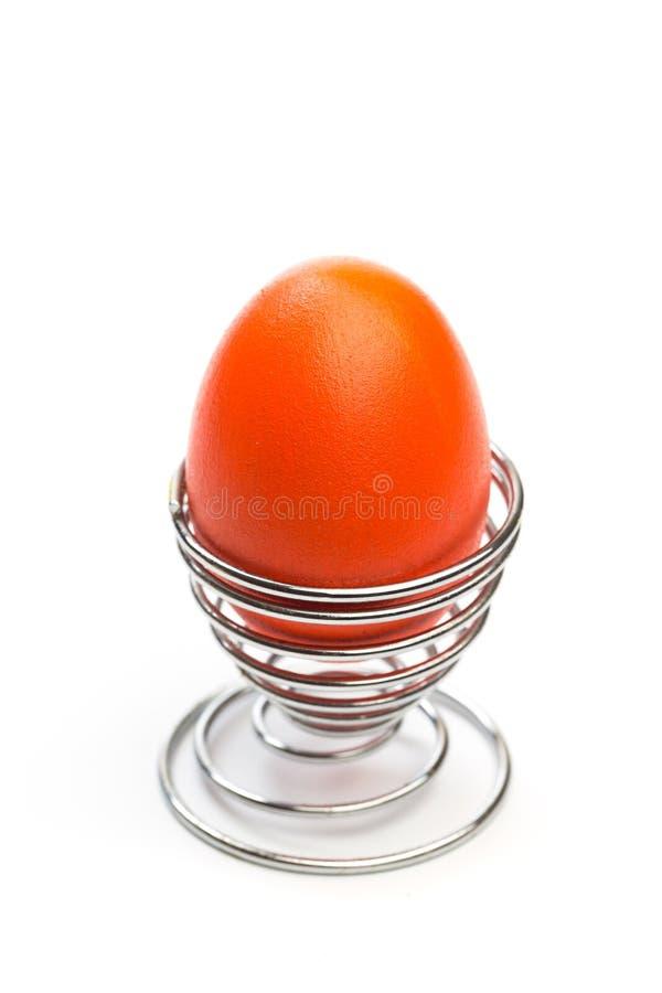 Пасхальное яйцо в изолированной стойке яйца стоковое изображение rf