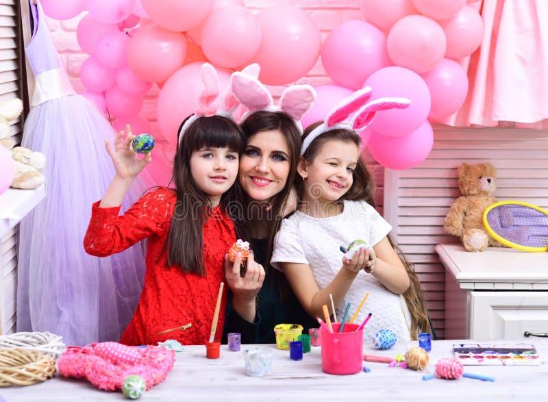 Пасха, мать и дети в розовых ушах зайчика стоковые изображения rf