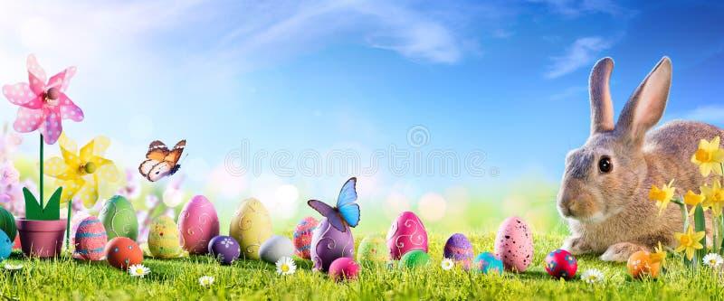 Пасха - милый зайчик с яйцами стоковое фото rf