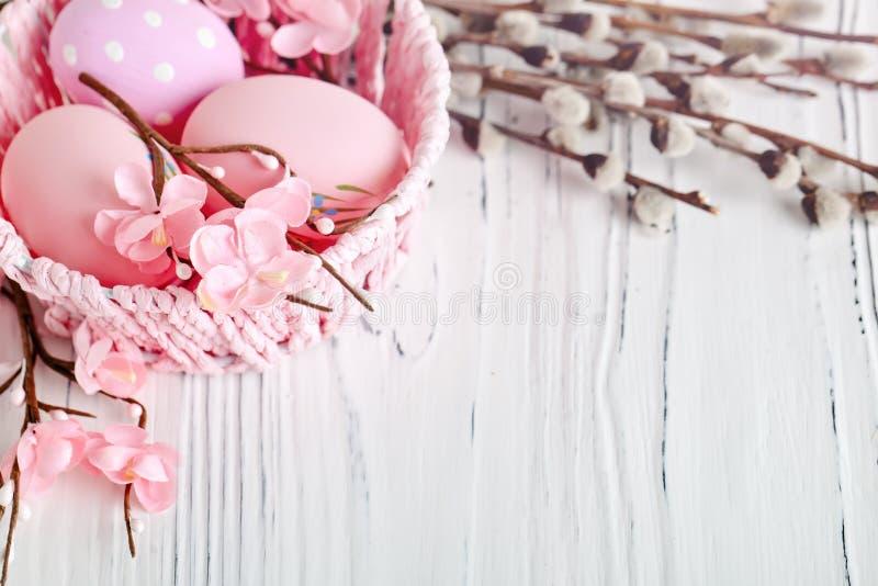пасха счастливая Поздравительная предпосылка пасхи цветки пасхальныхя Предпосылка с космосом экземпляра Селективный фокус стоковые изображения rf