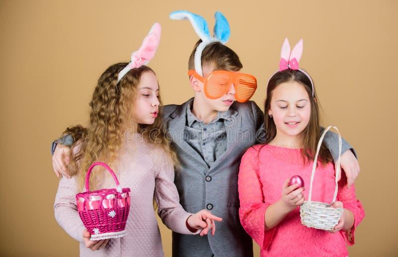 пасха счастливая Охота яичка Семья и сестричество Маленькие девочки и мальчик с busket Партия праздника весны Дети внутри стоковое фото