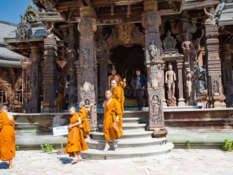 Паттайя, Таиланд: 20,2017 -го апрель: Монахи выходят висок стоковое фото