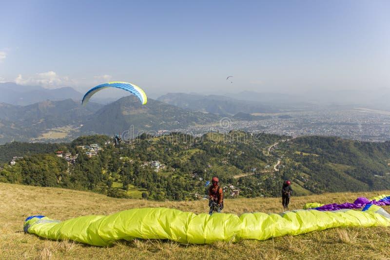 2 параплана на горном склоне перед принимать против фона долины горы и летать стоковые фотографии rf