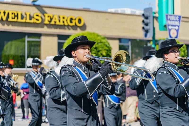 Парад военного оркестра средней школы Montclair в фестивале камелии стоковые фотографии rf
