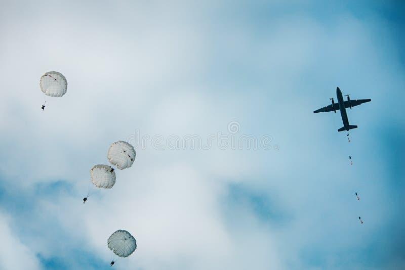 Парашютисты армии скача на действие войны в воздухе стоковая фотография rf