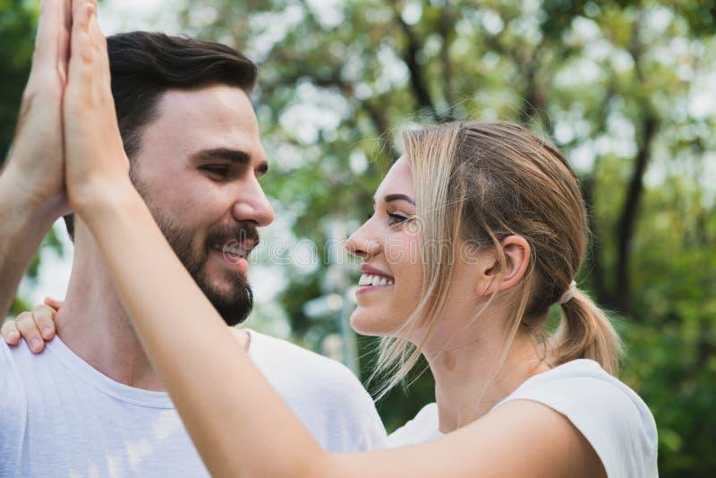 Пара счастливая и romancing на парке стоковое фото