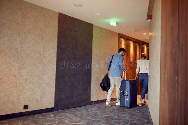 Пары на коридоре гостиницы на прибытии на каникулы стоковые фото