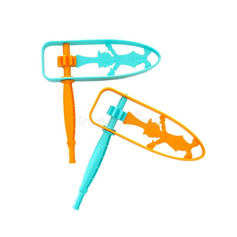 пары пластиковых красочных noisemaker или gragger для праздника торжества purim & x28; еврейское holiday& x29; изолированный на б стоковое изображение
