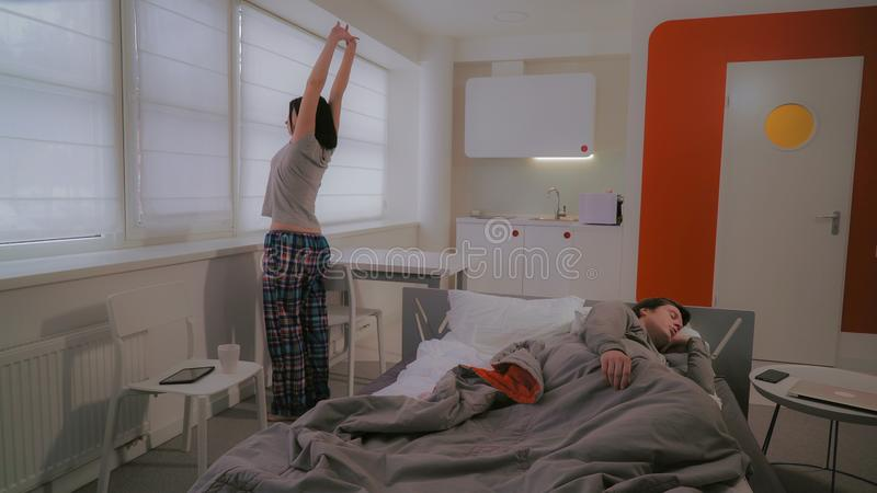 Пары просыпают вверх в квартире стоковые фотографии rf