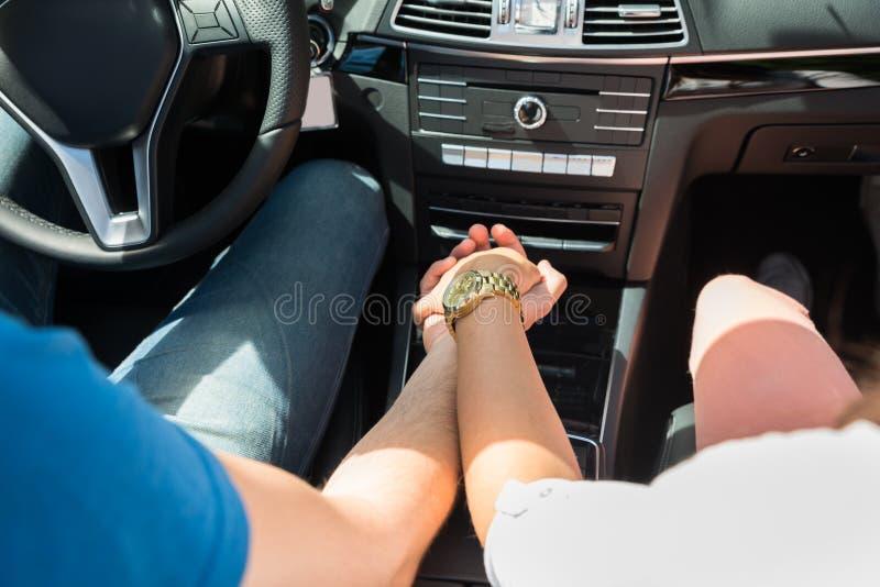 поиска картинки взяться за руки в машине всего