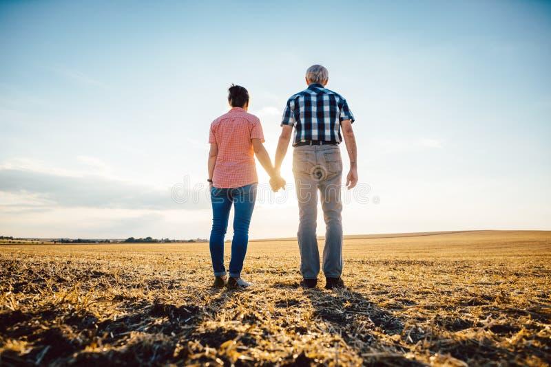 Пары старшей женщины и человека имея выравниваясь прогулку стоковые изображения