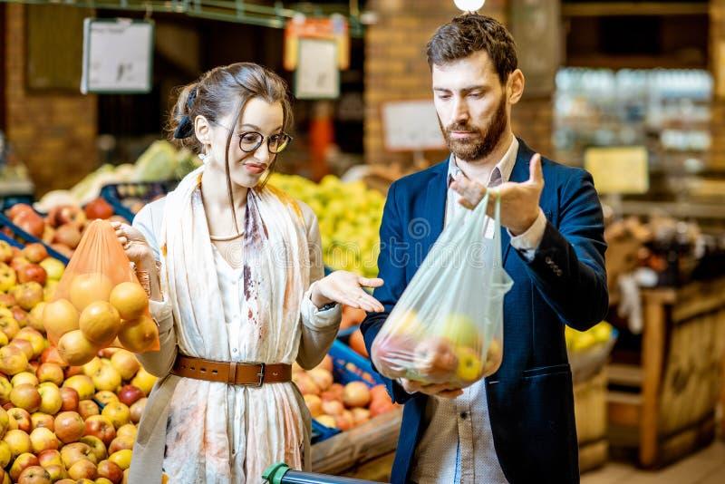 Пары с eco и полиэтиленовый пакет в супермаркете стоковое фото rf