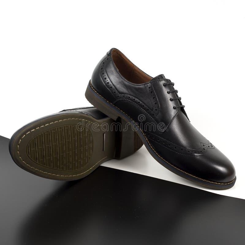 Пары черных мужских классических ботинок на белой предпосылке стоковое изображение rf